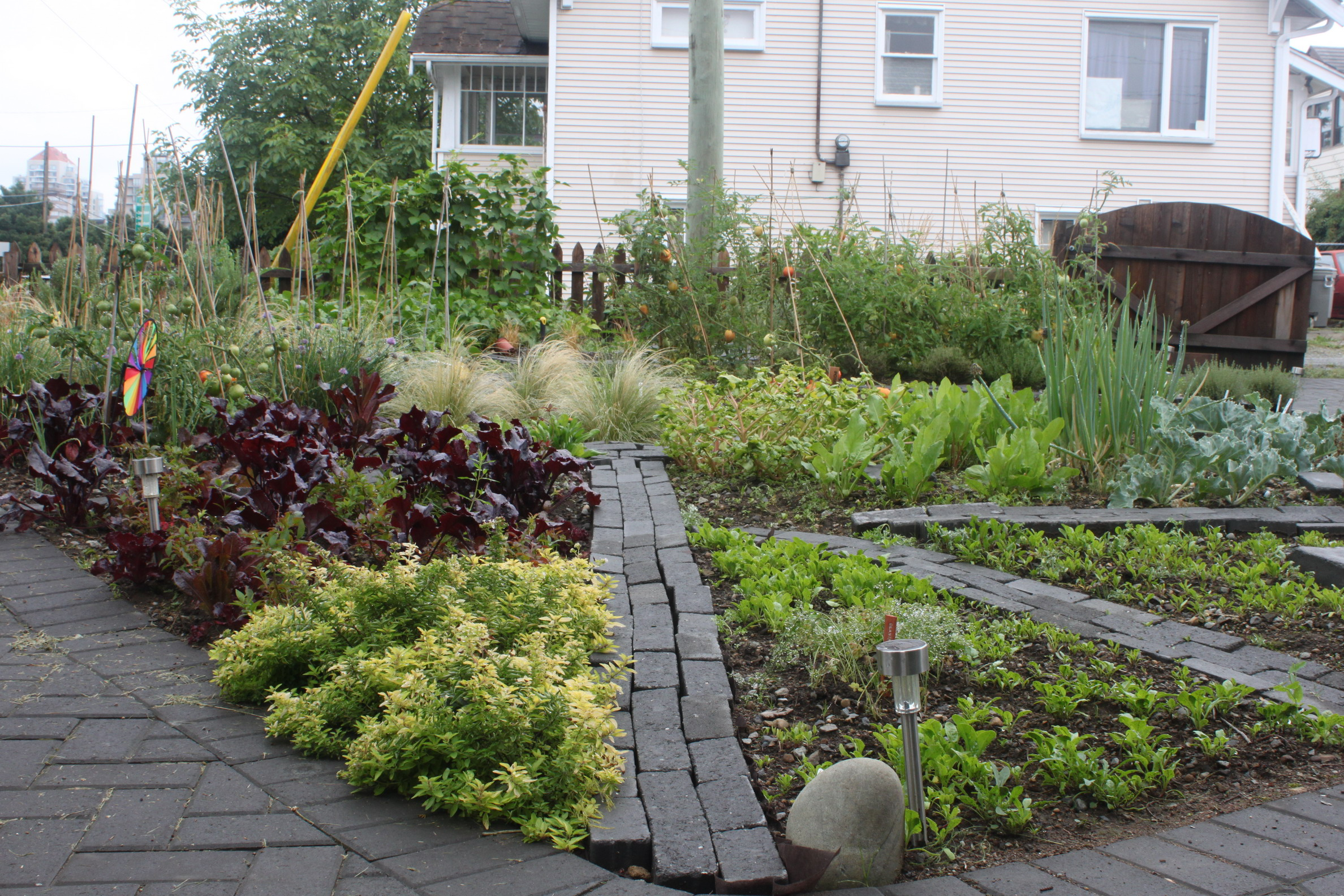 Front yard vegetable garden designs pdf for Front yard garden